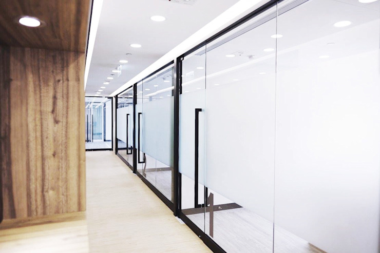 Beauty Centre: modern  by The Realizes Co, Modern Glass