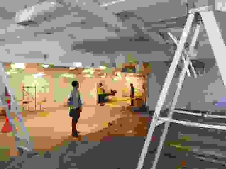 Avances de Obras, Vista desde el Lounge al Visualizer Oficinas de estilo ecléctico de Eisen Arquitecto Ecléctico Madera Acabado en madera