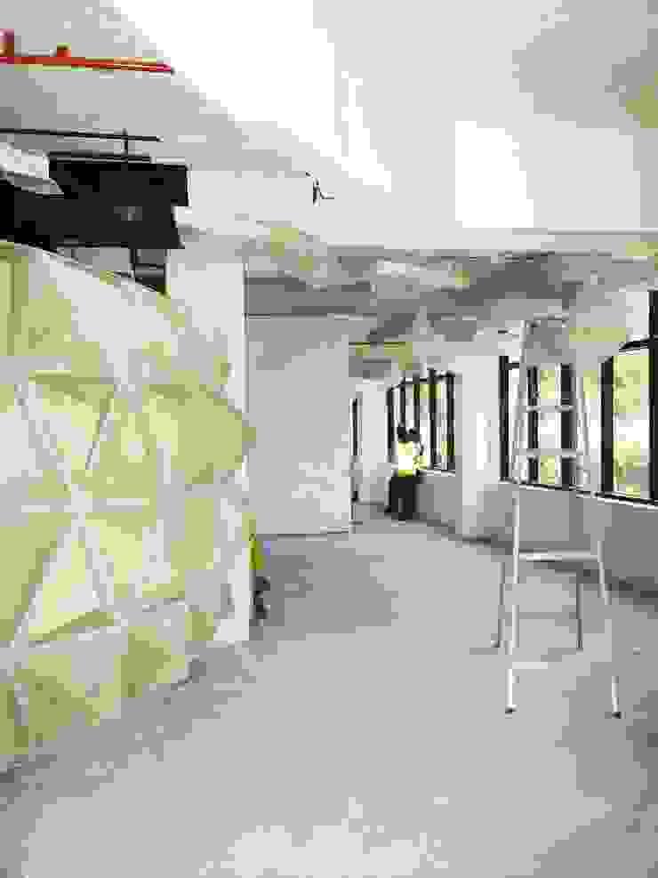Vista de los avances del Visualizer (ext) y pisos en microcemento del Retail. Oficinas de estilo ecléctico de Eisen Arquitecto Ecléctico Concreto