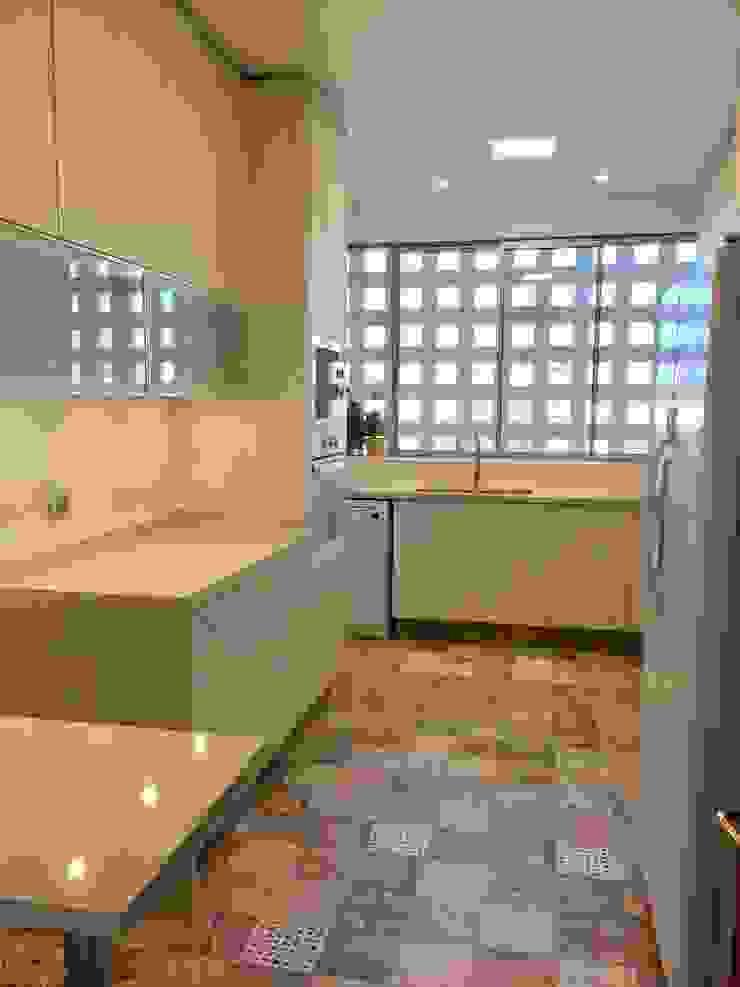 Vista desde acceso a cocina de balConcept SpA Moderno