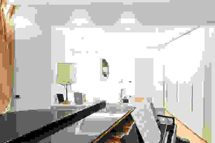 La camera, attrezzata con angolo musica.: Camera da letto in stile  di Rifò
