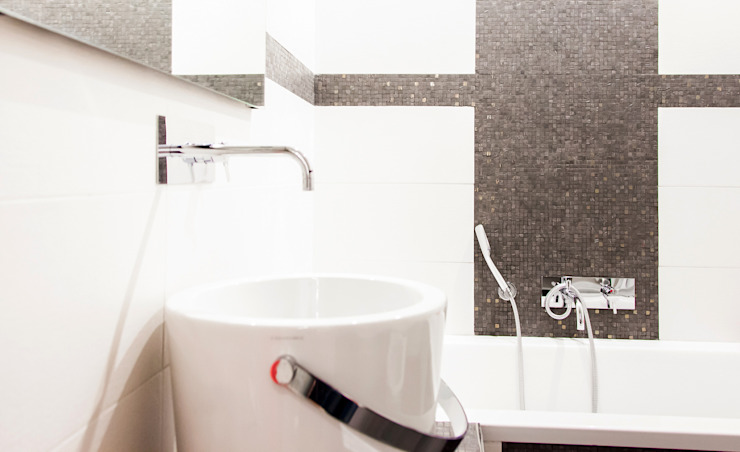 Particolari della finitura e sanitari del nuovo bagno.: Bagno in stile  di Rifò