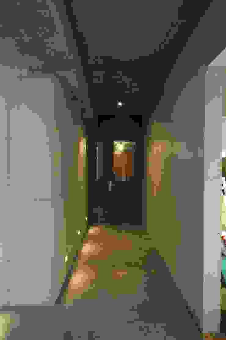 Pasillos, vestíbulos y escaleras modernos de 인문학적인집짓기 Moderno Hormigón
