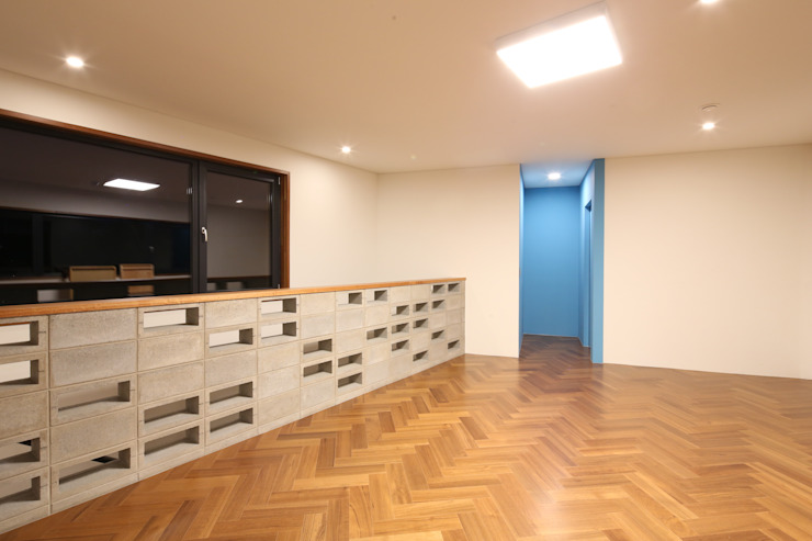 Salon moderne par 인문학적인집짓기 Moderne