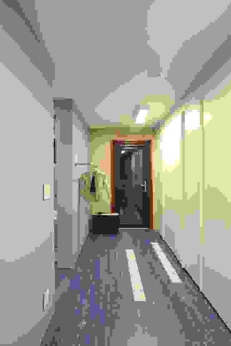 Chambre moderne par 인문학적인집짓기 Moderne