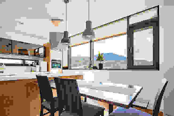 Cocinas de estilo moderno de 바이제로 Moderno