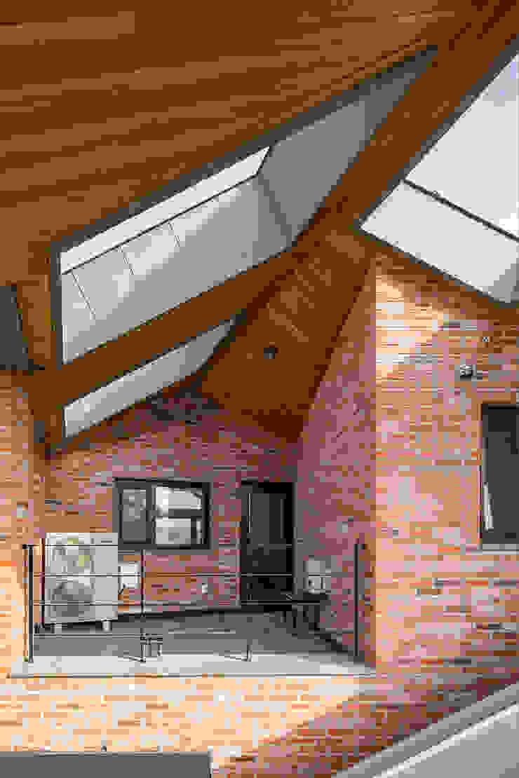 Balcones y terrazas de estilo moderno de 바이제로 Moderno