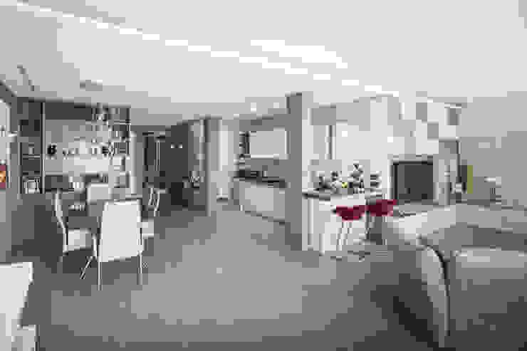 Living, con vista cucina e pranzo Soggiorno moderno di studiodonizelli Moderno Legno Effetto legno