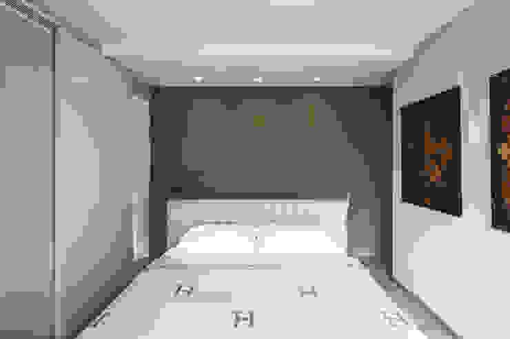 Letto king size centro camera Ingresso, Corridoio & Scale in stile moderno di studiodonizelli Moderno