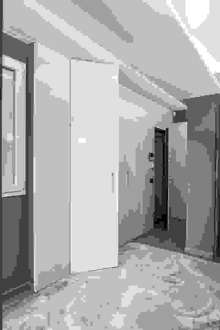 Boiserie d'ingresso Ingresso, Corridoio & Scale in stile moderno di studiodonizelli Moderno Legno Effetto legno