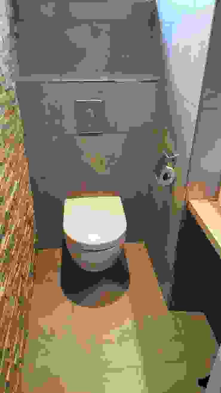 Toilet: modern  door Kroneman Interieurs, Modern Keramiek