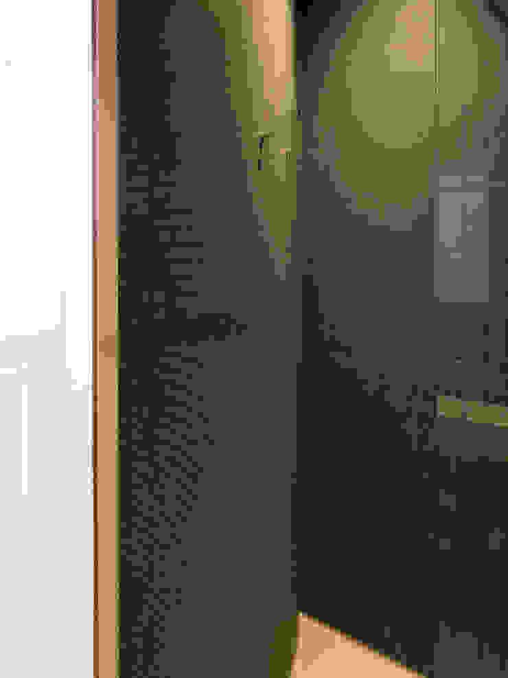 Zicht op hal vanuit de badkamer Moderne badkamers van Unknown Architects Modern