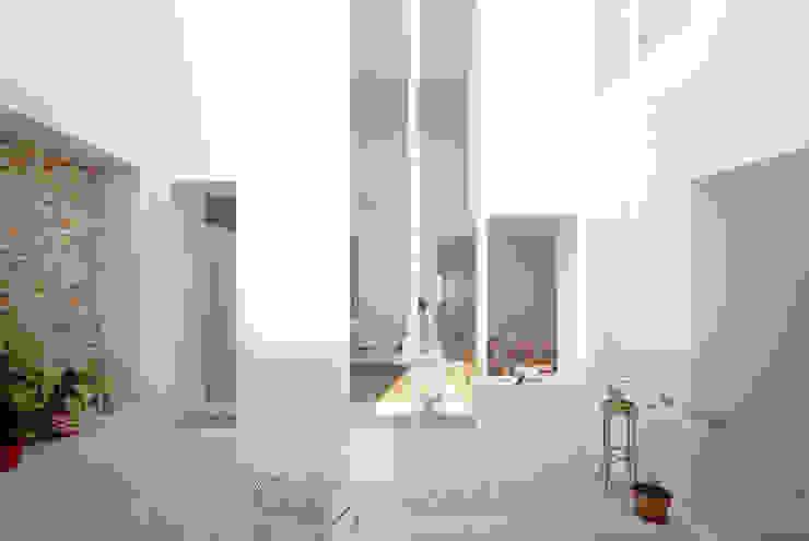 Minimalist balcony, veranda & terrace by Corpo Atelier Minimalist