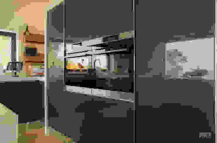 by Moderestilo - Cozinhas e equipamentos Lda Modern Wood Wood effect