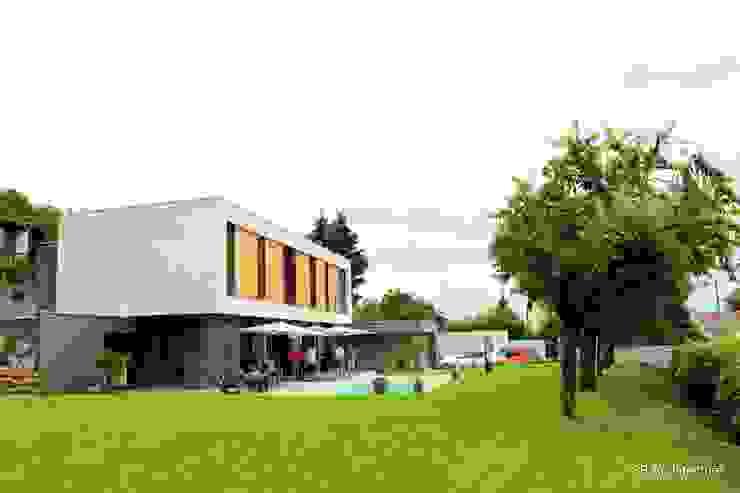 Vue de la maison inscrite dans son terrain par 3B Architecture Minimaliste Béton armé
