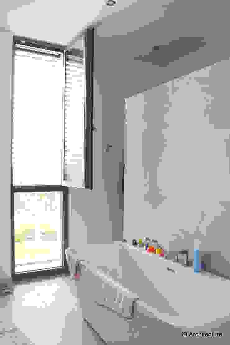 La salle de bains parentale, sa baignoire et sa douche cachée Salle de bain minimaliste par 3B Architecture Minimaliste Bois Effet bois
