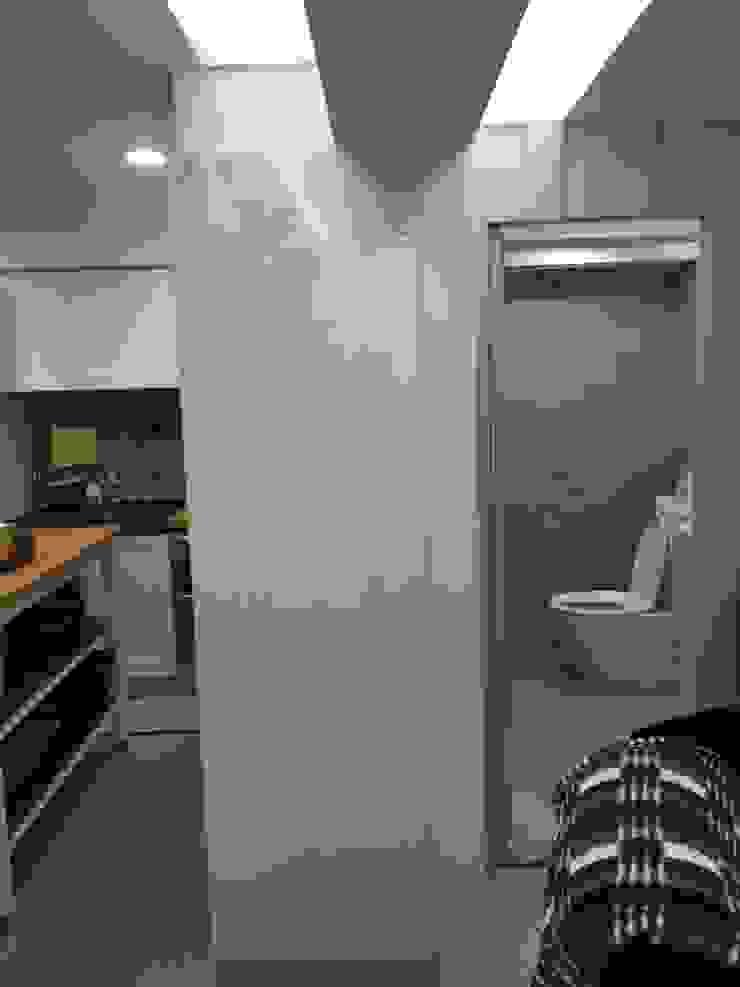 廁所隱藏門設計: 斯堪的納維亞  by 懷謙建設有限公司, 北歐風