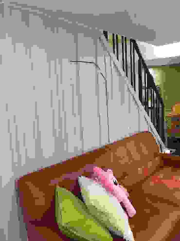 改造後樓梯下方空間不浪費.可以放置久久不動的雜物.: 斯堪的納維亞  by 懷謙建設有限公司, 北歐風