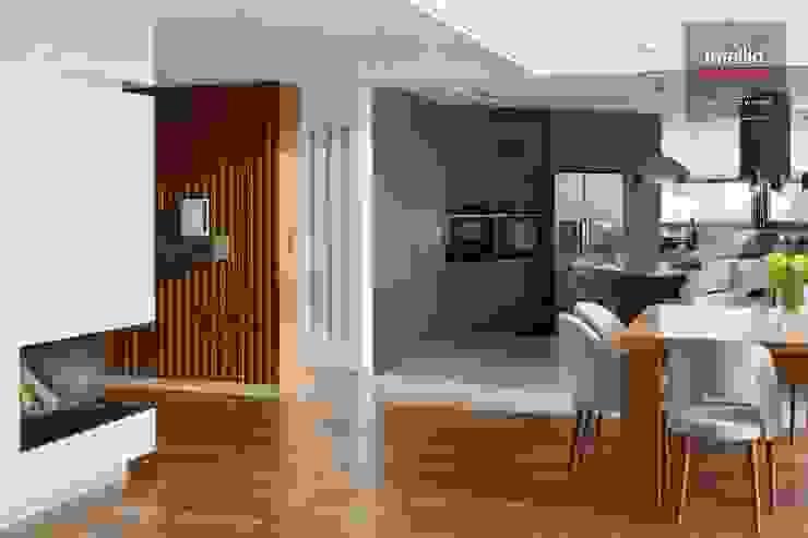 Wnętrza domu na Podhalu zaprojektowane przez Intellio designers Nowoczesny korytarz, przedpokój i schody od Intellio designers Nowoczesny