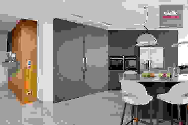 Wnętrza domu na Podhalu zaprojektowane przez Intellio designers Nowoczesna kuchnia od Intellio designers Nowoczesny