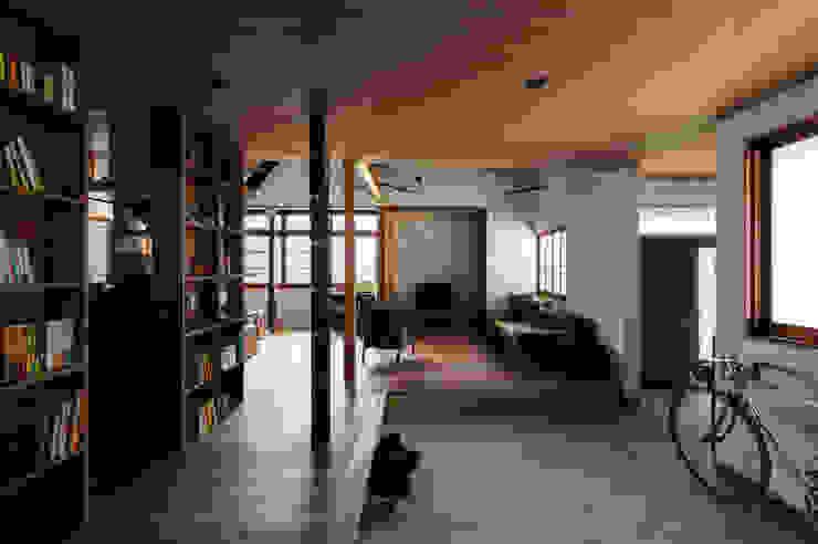 Pasillos y recibidores de estilo  por エイチ・アンド一級建築士事務所 H& Architects & Associates