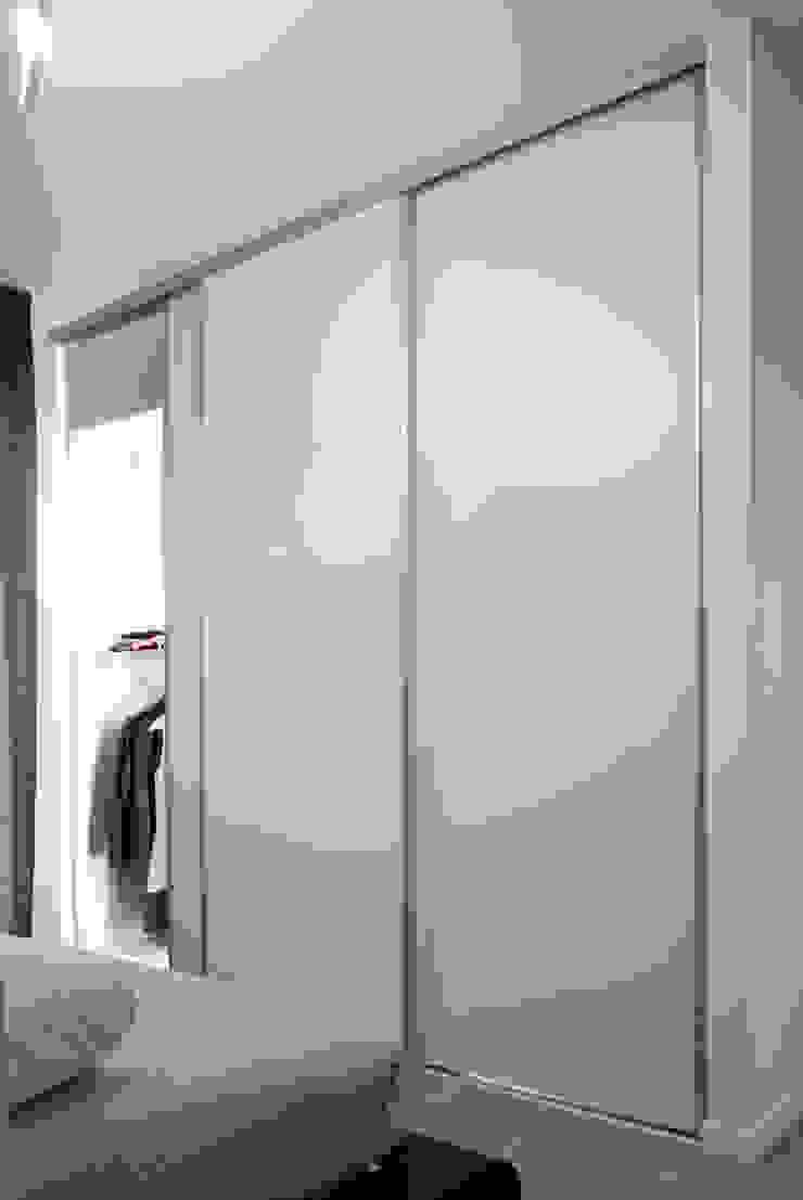 Guardaroba della camera di Margherita Mattiussi architetto Moderno Legno Effetto legno