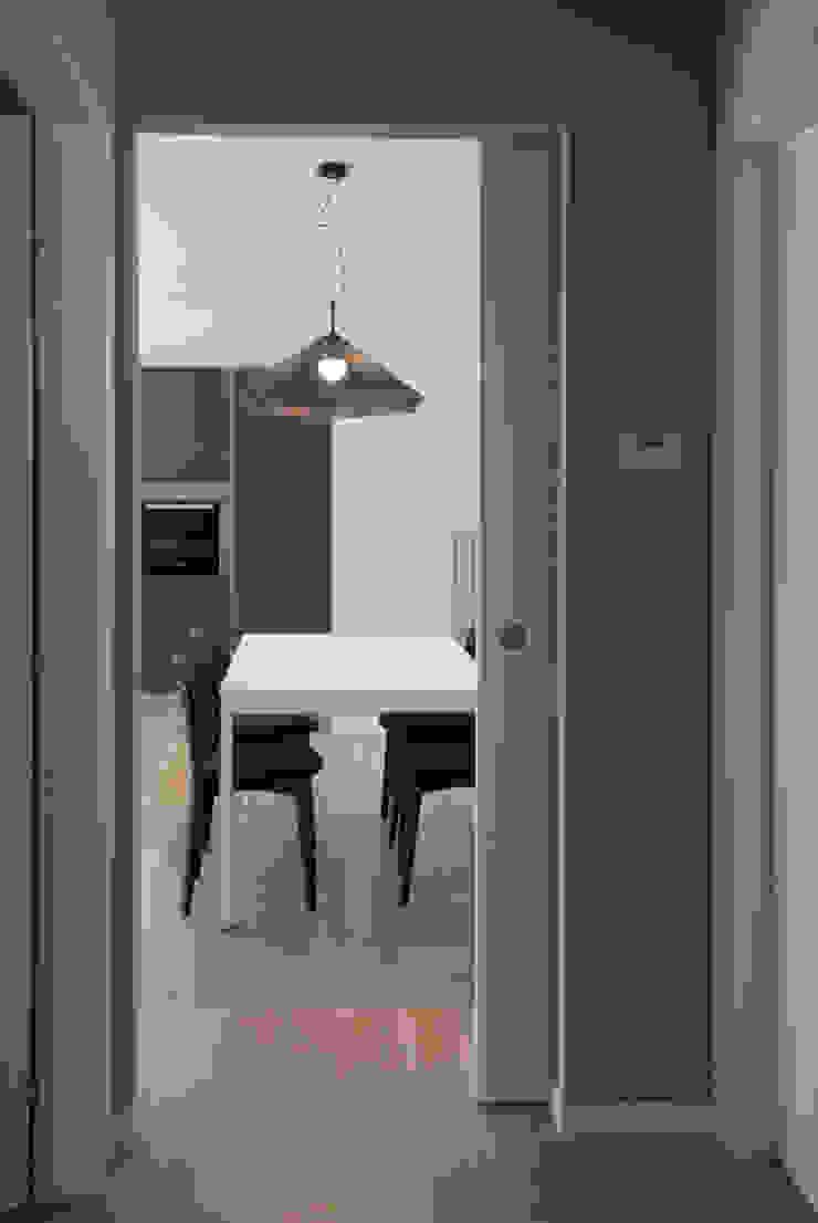 Vista dal disimpegno Ingresso, Corridoio & Scale in stile moderno di Margherita Mattiussi architetto Moderno