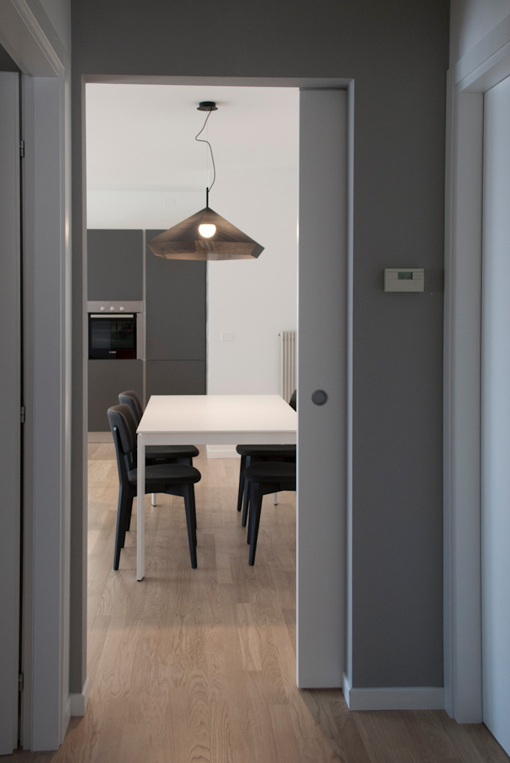 Margherita Mattiussi architetto Koridor & Tangga Modern Grey