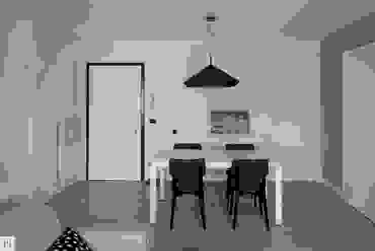 La zona pranzo Soggiorno moderno di Margherita Mattiussi architetto Moderno