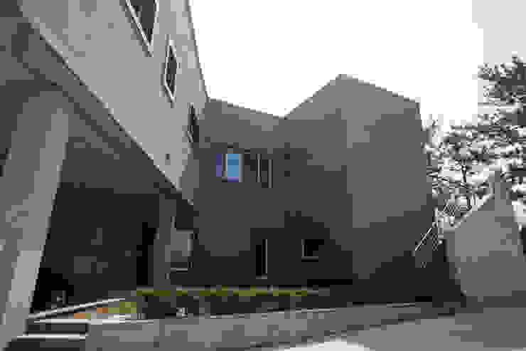 중정부분 모던스타일 주택 by 인우건축사사무소 모던 타일