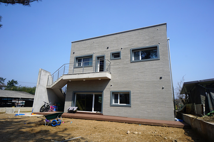 외부계단 모던스타일 주택 by 인우건축사사무소 모던