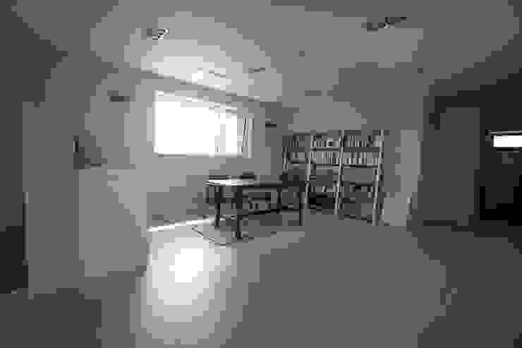 Oficinas de estilo moderno de 인우건축사사무소 Moderno Madera Acabado en madera