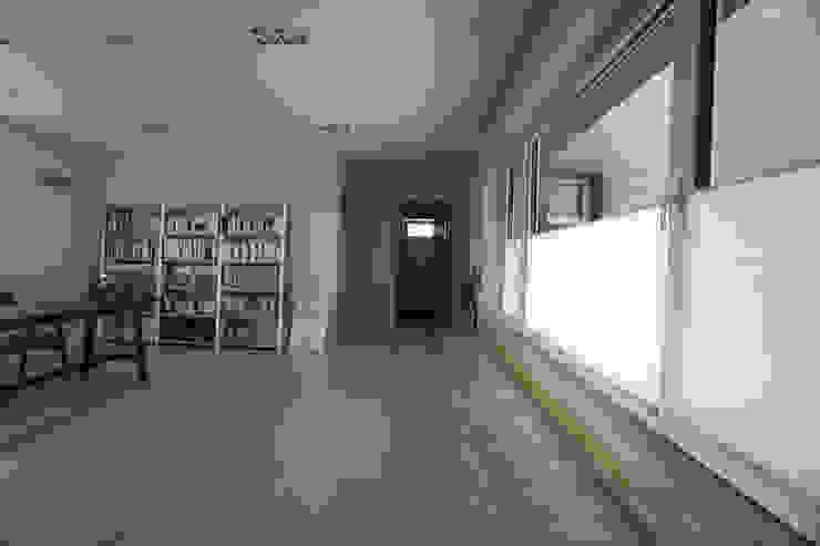 Pasillos, vestíbulos y escaleras de estilo moderno de 인우건축사사무소 Moderno Madera Acabado en madera