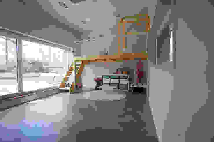Cuartos infantiles de estilo moderno de 인우건축사사무소 Moderno Madera Acabado en madera