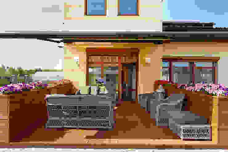 «Солнечная Резиденция», Дом в Румболово, 260 м.кв.: Tерраса в . Автор – Дизайн элитного жилья | Студия Дизайн-Холл,