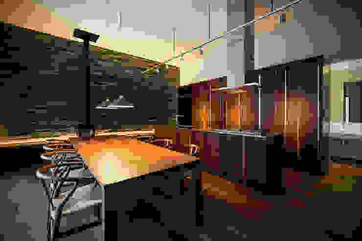 キッチン&ダイニングテーブル の 白坂 悟デザイン事務所 モダン 木 木目調