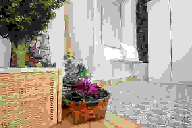 Detalle de la terraza cubierta Balcones y terrazas de estilo escandinavo de Home Staging Bizkaia Escandinavo