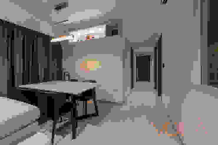 Corridor & hallway by VOILÀ Pte Ltd, Modern