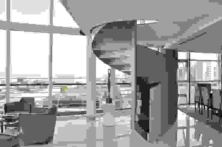 Escada em caracol de acesso ao piso superior por Nuno Ladeiro, Arquitetura e Design Moderno Ferro/Aço