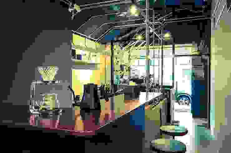 High-Tech _ Lofting Coffee _ Inside_C 泫工所構築設計研究室 Offices & stores