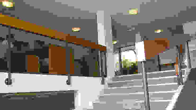 Entree Moderne gangen, hallen & trappenhuizen van studioMERZ Modern