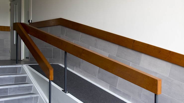 Vernieuwde handleuning Moderne gangen, hallen & trappenhuizen van studioMERZ Modern
