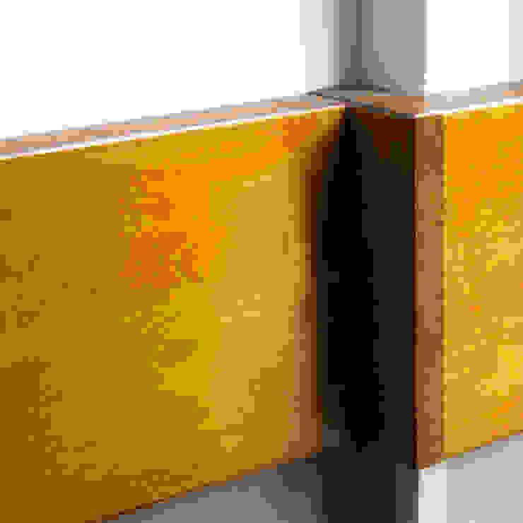 Hoekdetail multiplex en eiken Moderne gangen, hallen & trappenhuizen van studioMERZ Modern