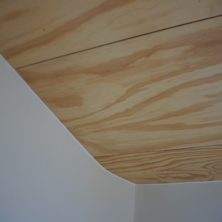 Plafond van multiplex, onderdeel van de entresol erboven Moderne badkamers van studioMERZ Modern