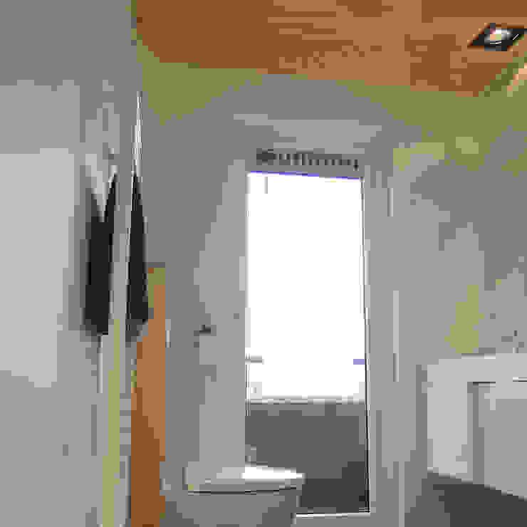Douchen met uitzicht over de stad Moderne badkamers van studioMERZ Modern