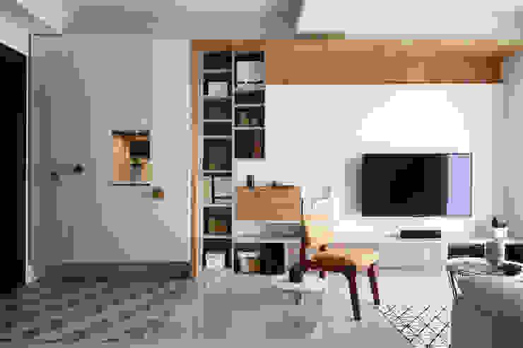 Living room by 達譽設計, Scandinavian Solid Wood Multicolored