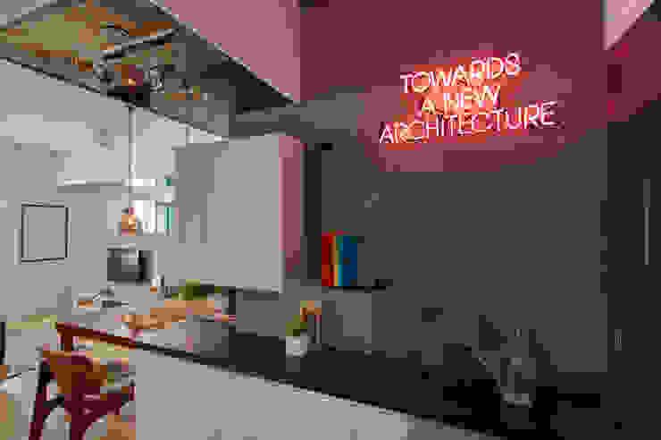 邁向建築 工業風的玄關、走廊與階梯 根據 御見設計企業有限公司 工業風