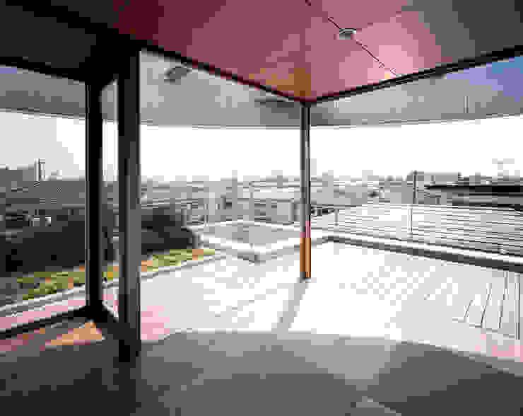 コーナーガーデンの家 モダンデザインの テラス の 西島正樹/プライム一級建築士事務所 モダン 木 木目調