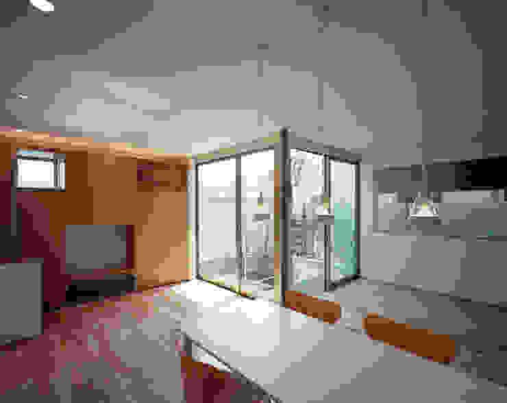 コーナーガーデンの家: 西島正樹/プライム一級建築士事務所 が手掛けた現代のです。,モダン 木 木目調