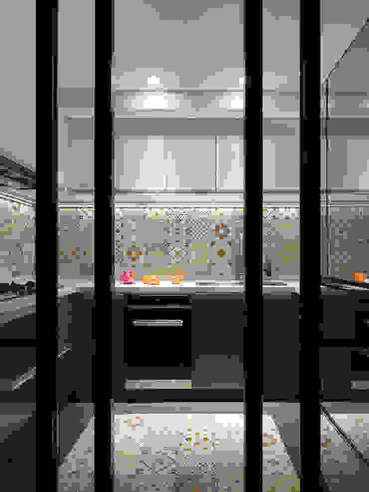 幸福鹿特丹 現代廚房設計點子、靈感&圖片 根據 御見設計企業有限公司 現代風